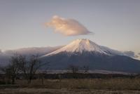 忍野村より望む朝の富士山と笠雲