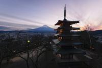 新倉浅間公園より望む夕方の五重塔と富士山