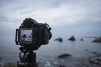 二見興玉神社の夫婦岩をデジタル一眼レフカメラで撮影 10743000123| 写真素材・ストックフォト・画像・イラスト素材|アマナイメージズ