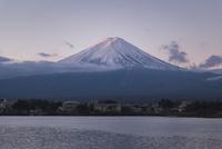 河口湖より望む朝日を浴びる紅富士