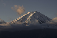 河口湖より望む朝日を浴びる富士山
