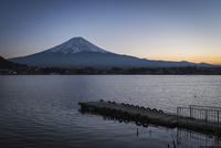 河口湖より望む夕方の富士山と桟橋