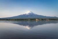 河口湖より望む冠雪した富士山と逆さ富士