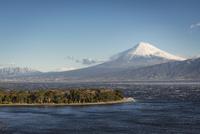 沼津市西浦より望む大瀬崎と駿河湾越しの富士山