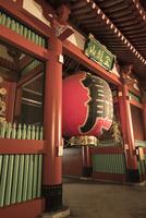 浅草寺の雷門 10743000158| 写真素材・ストックフォト・画像・イラスト素材|アマナイメージズ