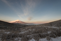 雪の三国峠より望む朝の富士山 10743000164| 写真素材・ストックフォト・画像・イラスト素材|アマナイメージズ