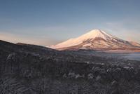 雪の三国峠より望む朝の富士山 10743000165| 写真素材・ストックフォト・画像・イラスト素材|アマナイメージズ