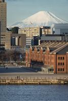 横浜みなとみらい大桟橋より望む赤レンガ倉庫越しの富士山 10743000167| 写真素材・ストックフォト・画像・イラスト素材|アマナイメージズ