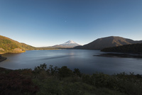 本栖湖より望む富士山 10743000176| 写真素材・ストックフォト・画像・イラスト素材|アマナイメージズ