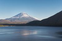 本栖湖より望む富士山 10743000177| 写真素材・ストックフォト・画像・イラスト素材|アマナイメージズ