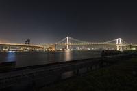 品川埠頭より望むレインボーブリッジ 10743000185| 写真素材・ストックフォト・画像・イラスト素材|アマナイメージズ