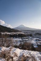 富士吉田市大明見より望む雪景色と富士山 10743000189| 写真素材・ストックフォト・画像・イラスト素材|アマナイメージズ