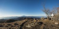 白谷ノ丸山頂より望む富士山と白谷丸山頂を示す標識(パノラマ) 10743000193| 写真素材・ストックフォト・画像・イラスト素材|アマナイメージズ