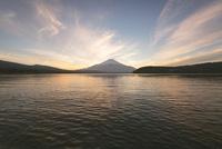 夕方の山中湖より望む富士山 10743000202| 写真素材・ストックフォト・画像・イラスト素材|アマナイメージズ