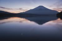 マジックアワーの山中湖より望む富士山と逆さ富士 10743000204| 写真素材・ストックフォト・画像・イラスト素材|アマナイメージズ