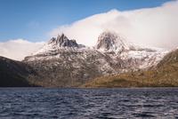 ダブ湖(Dove Lake)より望むクレイドルマウンテン(Cradle Mountain) 10743000213| 写真素材・ストックフォト・画像・イラスト素材|アマナイメージズ