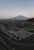 富士吉田の街並みと夕方の紅富士 10743000232| 写真素材・ストックフォト・画像・イラスト素材|アマナイメージズ