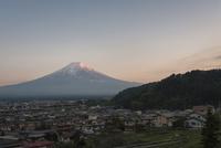 富士吉田の街並みと夕方の紅富士 10743000233| 写真素材・ストックフォト・画像・イラスト素材|アマナイメージズ
