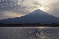 田貫湖より望む富士山 10743000246| 写真素材・ストックフォト・画像・イラスト素材|アマナイメージズ