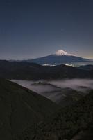 清水吉原より望む月下の富士山 10743000250| 写真素材・ストックフォト・画像・イラスト素材|アマナイメージズ