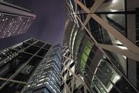 下から見上げる夜の新宿の高層ビル群 10743000254| 写真素材・ストックフォト・画像・イラスト素材|アマナイメージズ