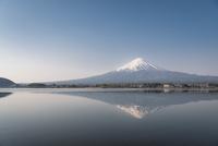河口湖に映り込む富士山 10743000257| 写真素材・ストックフォト・画像・イラスト素材|アマナイメージズ