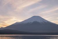 夕方の山中湖より望む富士山 10743000284| 写真素材・ストックフォト・画像・イラスト素材|アマナイメージズ