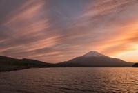 山中湖より望む富士山と夕焼け 10743000286| 写真素材・ストックフォト・画像・イラスト素材|アマナイメージズ