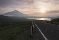 三国峠より望む夕日と山中湖と富士山 10743000287| 写真素材・ストックフォト・画像・イラスト素材|アマナイメージズ