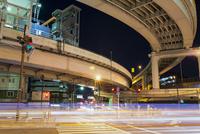 夜の甲州街道と首都高速 10743000309| 写真素材・ストックフォト・画像・イラスト素材|アマナイメージズ