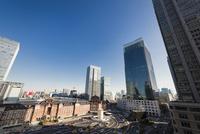 丸の内のビル群と東京駅丸の内口 10743000311| 写真素材・ストックフォト・画像・イラスト素材|アマナイメージズ