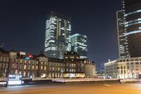 夜の東京駅丸の内口 10743000313| 写真素材・ストックフォト・画像・イラスト素材|アマナイメージズ