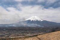 高座山より望む北富士演習場の野焼きと富士山 10743000314| 写真素材・ストックフォト・画像・イラスト素材|アマナイメージズ