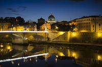 サンタンジェロ橋より望むサン・ピエトロ大聖堂とヴィットリオ・エマヌエーレ 2 世橋 10743000320| 写真素材・ストックフォト・画像・イラスト素材|アマナイメージズ