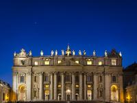 ブルーアワーのサン・ピエトロ大聖堂 10743000321| 写真素材・ストックフォト・画像・イラスト素材|アマナイメージズ