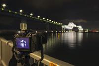 若洲海浜公園にて東京ゲートブリッジを撮影中の三脚に備え付けられたカメラ 10743000327| 写真素材・ストックフォト・画像・イラスト素材|アマナイメージズ