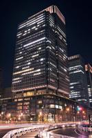 夜の新丸ビル 10743000333| 写真素材・ストックフォト・画像・イラスト素材|アマナイメージズ