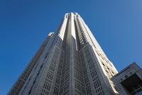 見上げる都庁第一庁舎 10743000336| 写真素材・ストックフォト・画像・イラスト素材|アマナイメージズ