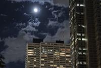 新宿の高層ビルと月 10743000345| 写真素材・ストックフォト・画像・イラスト素材|アマナイメージズ