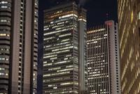 夜の新宿の高層ビル群 10743000346| 写真素材・ストックフォト・画像・イラスト素材|アマナイメージズ