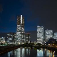 万国橋より望む横浜ランドマークタワーとみなとみらいのスカイライン 10743000347| 写真素材・ストックフォト・画像・イラスト素材|アマナイメージズ