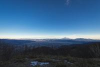 甘利山より望む甲府盆地越しの富士山 10743000348| 写真素材・ストックフォト・画像・イラスト素材|アマナイメージズ