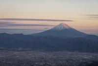 甘利山より望む甲府盆地越しの富士山 10743000350| 写真素材・ストックフォト・画像・イラスト素材|アマナイメージズ