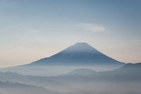 櫛形山より望む甲府盆地越しの富士山 10743000351| 写真素材・ストックフォト・画像・イラスト素材|アマナイメージズ