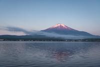 山中湖より望む紅富士 10743000365| 写真素材・ストックフォト・画像・イラスト素材|アマナイメージズ