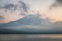 山中湖より望む夕方の富士山 10743000367| 写真素材・ストックフォト・画像・イラスト素材|アマナイメージズ