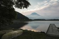 田貫湖より望む朝の富士山とボートと桟橋 10743000369| 写真素材・ストックフォト・画像・イラスト素材|アマナイメージズ