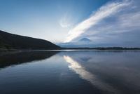 田貫湖より望む朝の富士山 10743000371| 写真素材・ストックフォト・画像・イラスト素材|アマナイメージズ
