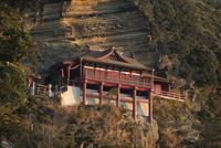 朝日を浴びる崖の観音大福寺 10743000381| 写真素材・ストックフォト・画像・イラスト素材|アマナイメージズ