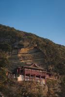朝日を浴びる崖の観音大福寺 10743000382| 写真素材・ストックフォト・画像・イラスト素材|アマナイメージズ
